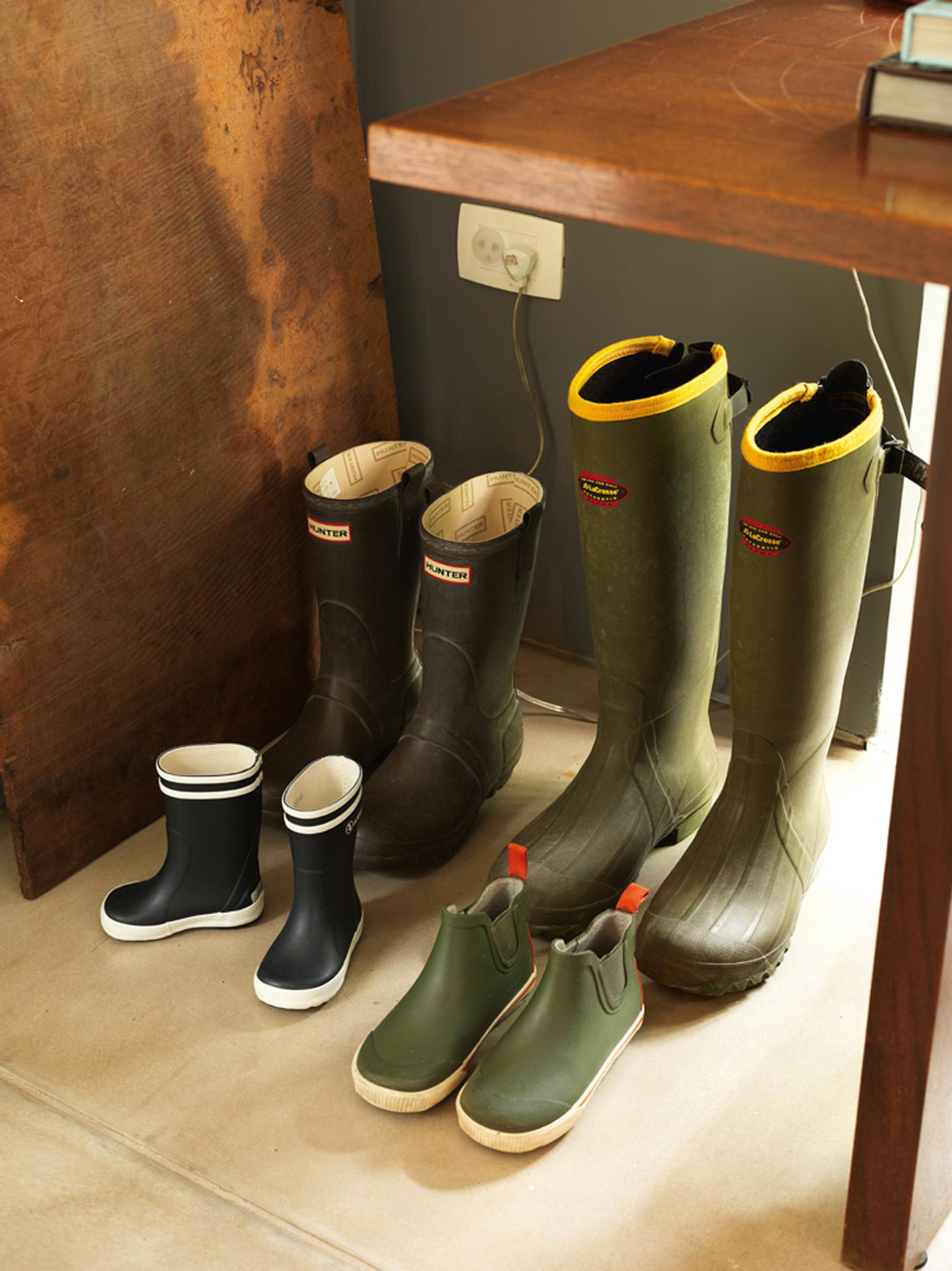 Galochas: Detalhe das botas dos moradores da casa, usadas em dias de chuva