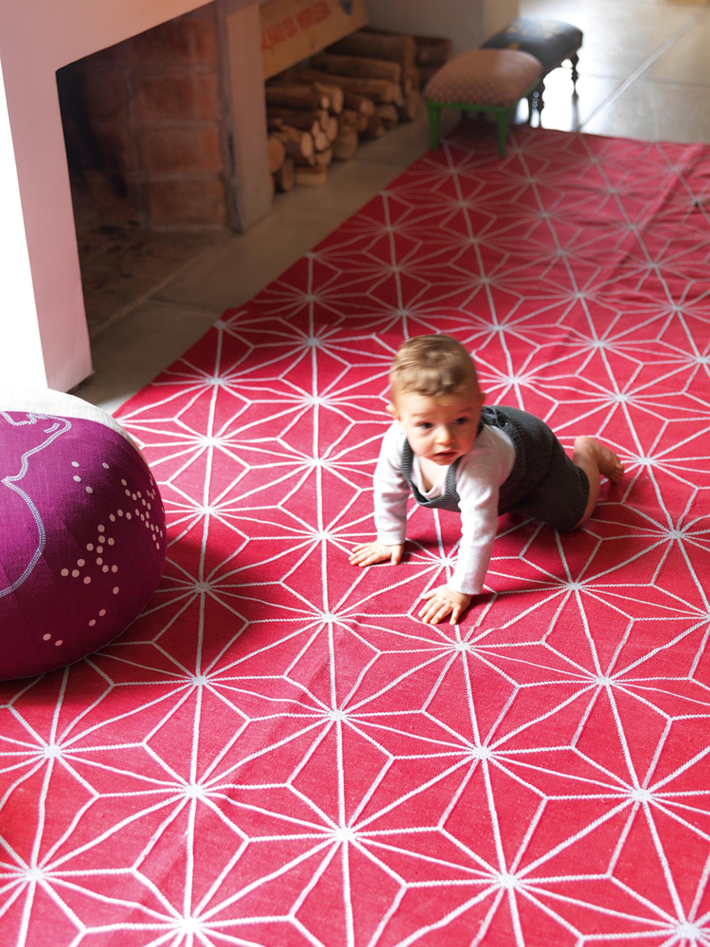 Grafismos: O caçula, Tom, engatinha no tapete da Square Foot, de Lina Miranda. O pufe é da Micasa