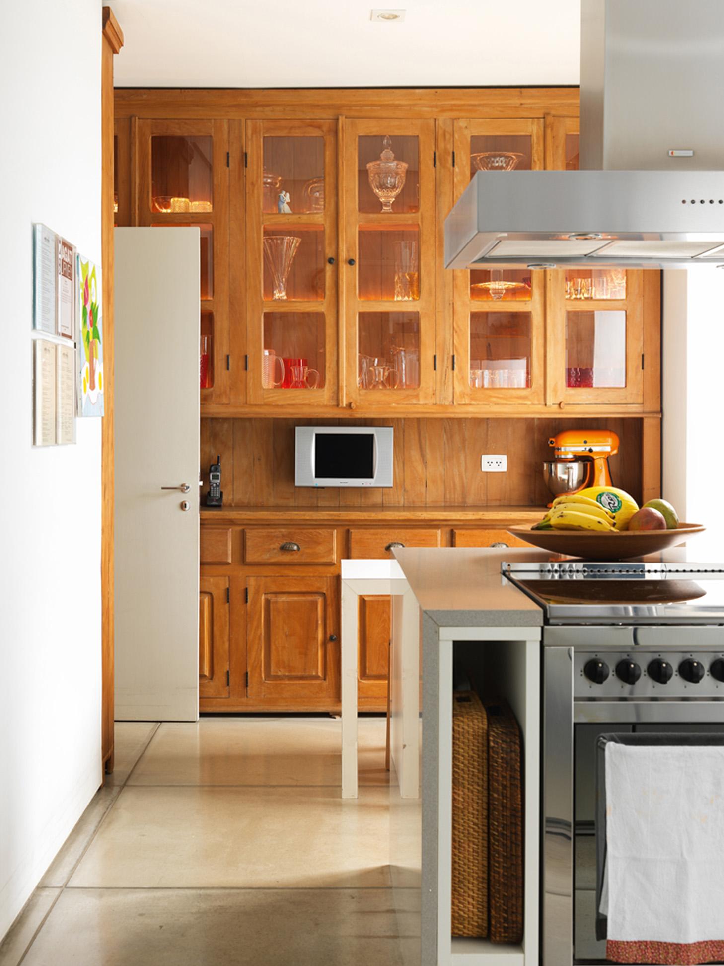 De lei: A cozinha ganhou móvel de madeira feito em Embu das Arte e desenhado por Fabio