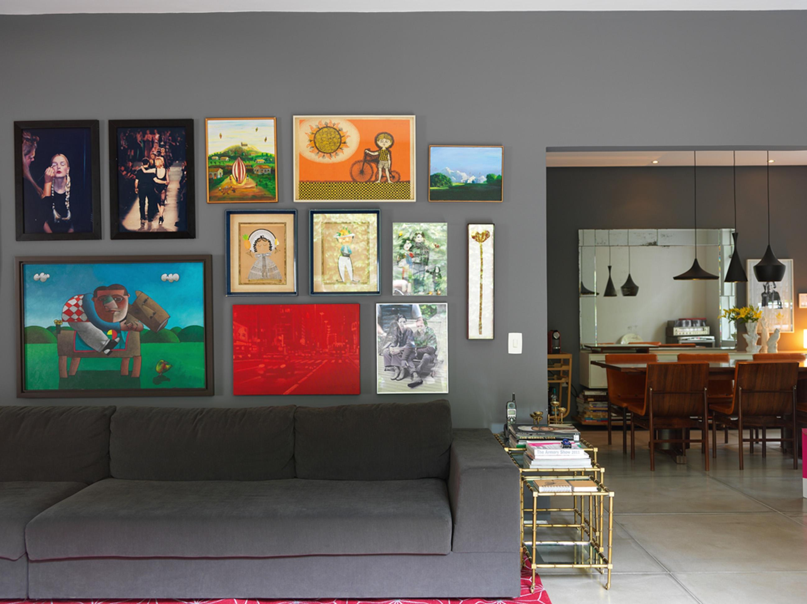 Arte colorida: O sofá Micasa e a mesa ninho do antiquário Juliana Benfatti. Dentre os muitos quadros destacam- se os óleos de Milton Mesquita e Inos Corradin