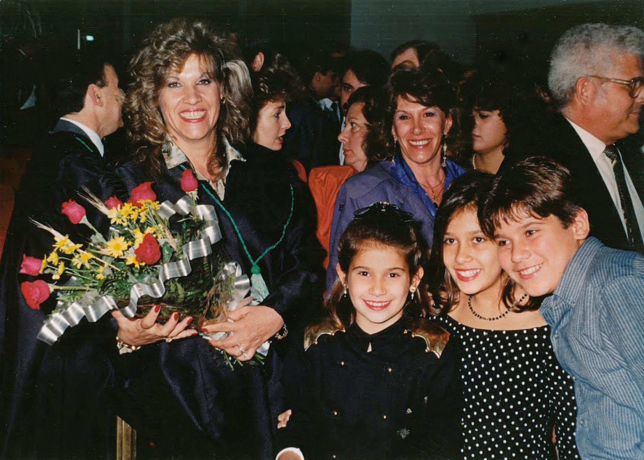 Com os três filhos na posse como juíza de alçada