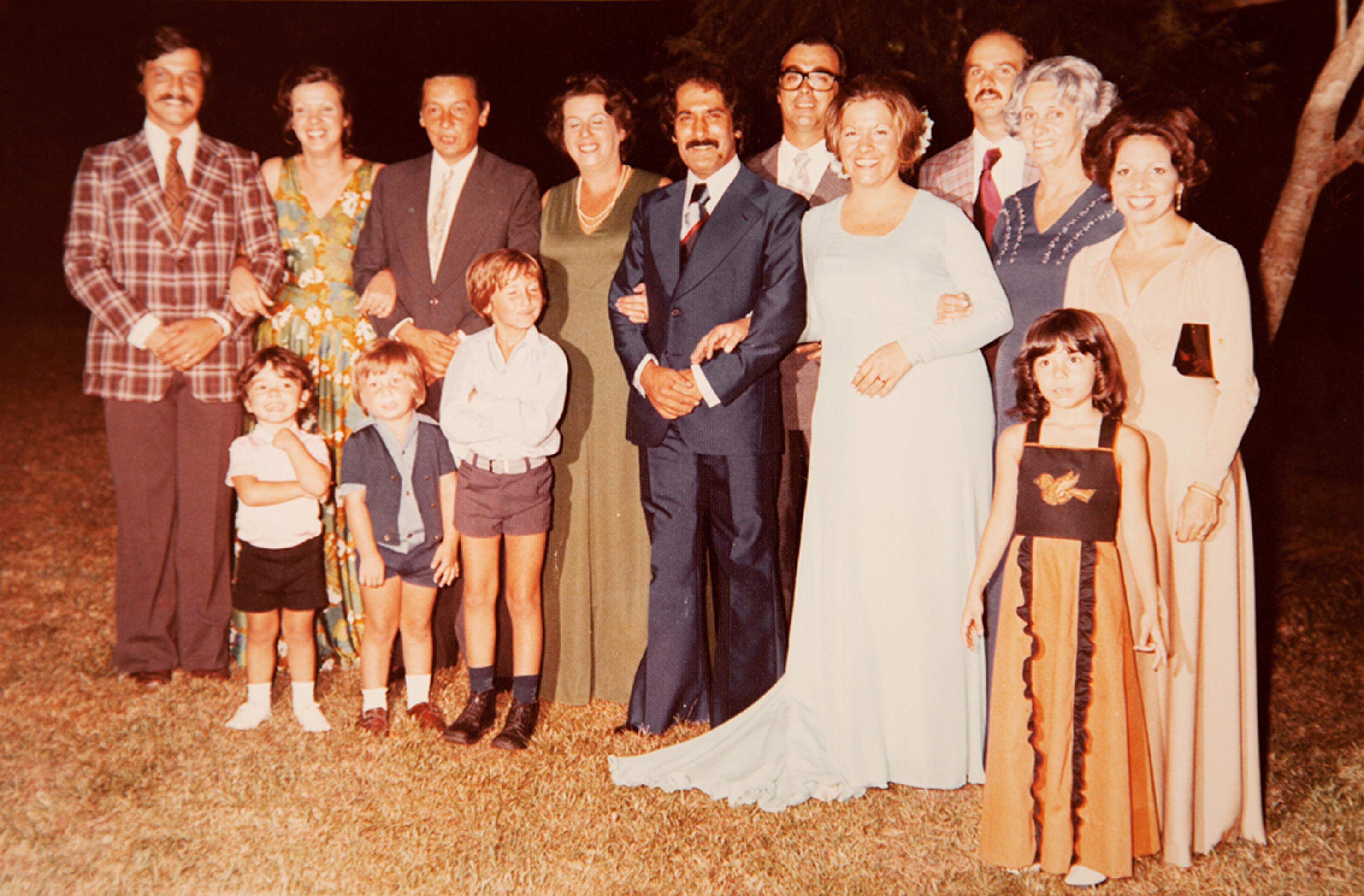 De vestido azul e sem véu na festa do primeiro casamento, com João Freire, pai de seus três filhos, em 1975