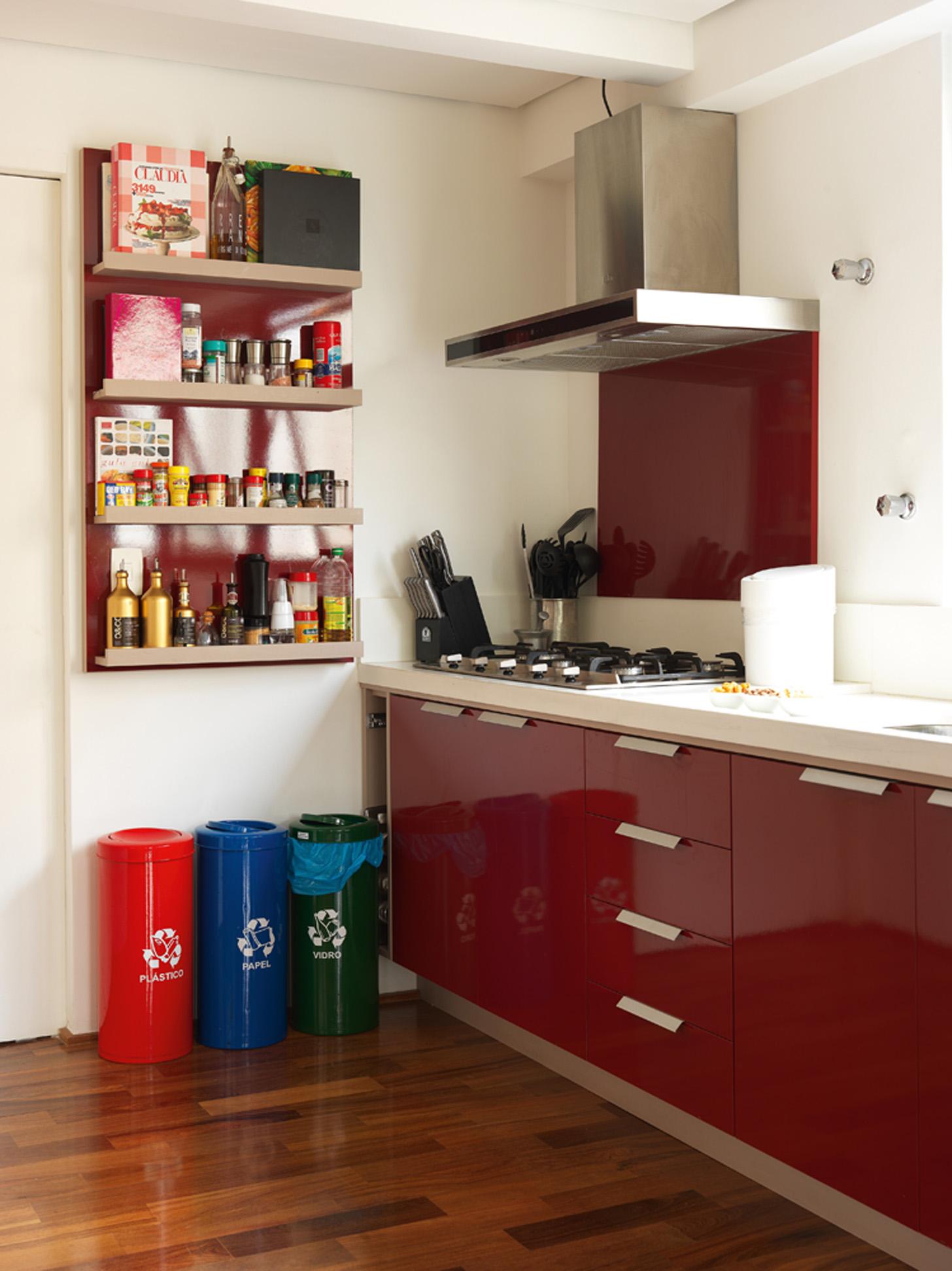 Sob medida: A cozinha e toda a marcenaria embutida foram feitas pela Marcenaria Navarro. Os lixinhos são da Leroy Merlin