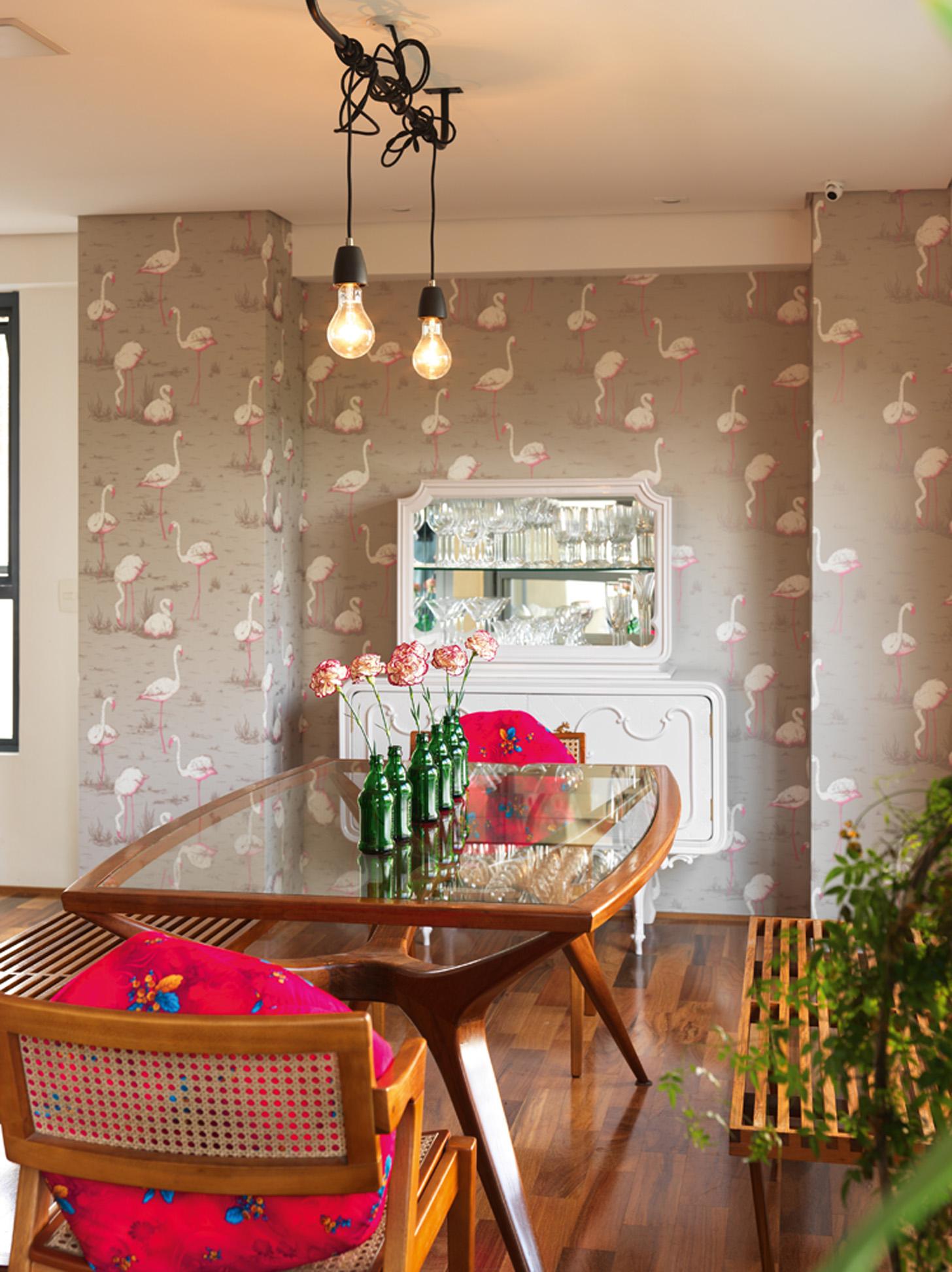 Designer: O papel de parede veio de Londres. Cristaleira reformada pelo estúdio Ateliando. Mesa e banco Maria Jovem. A luminária foi feita por Camila