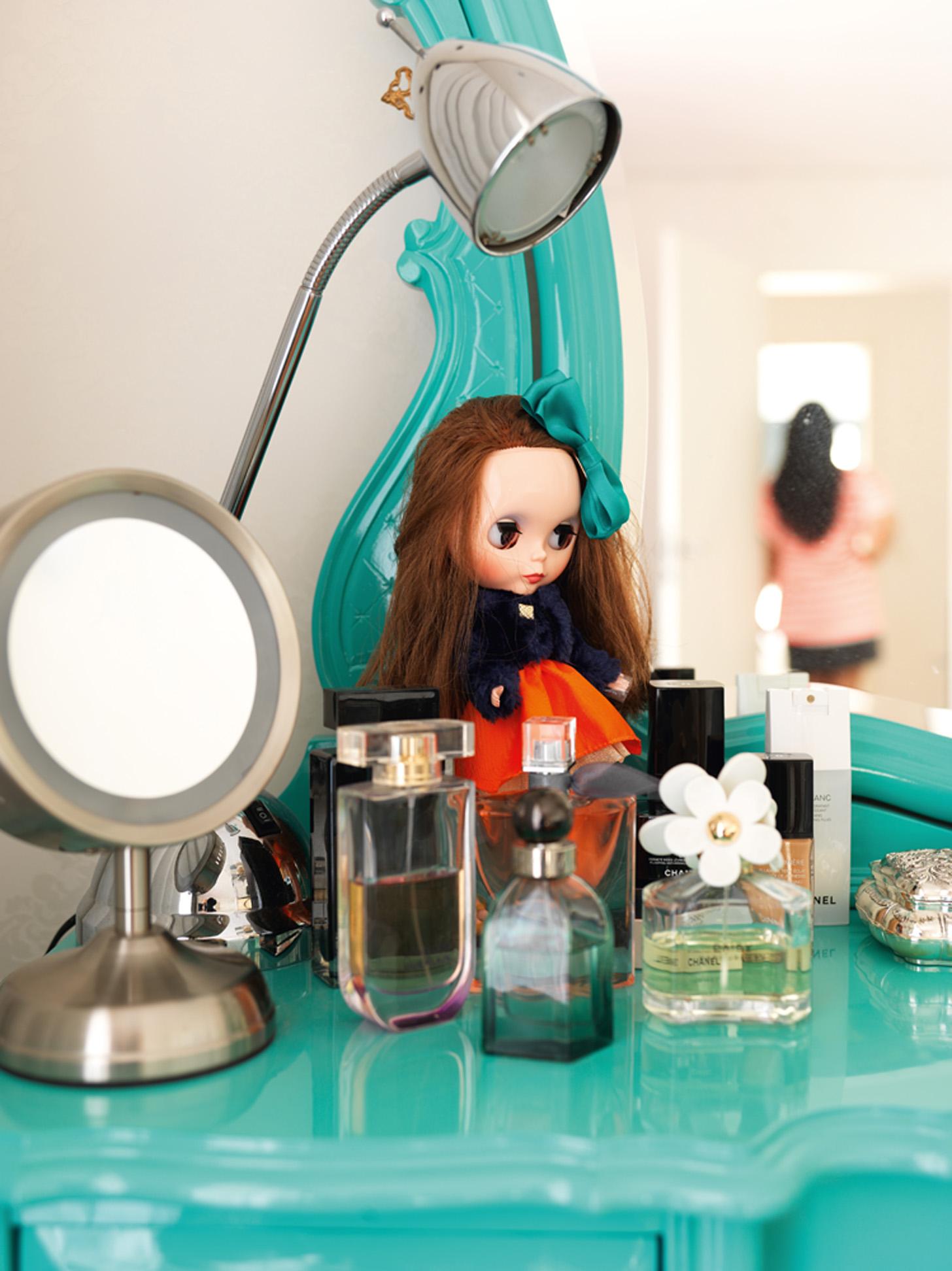 De boneca: Detalhe da penteadeira: a boneca Blythe acabou de chegar da última viagem de Camila ao Japão