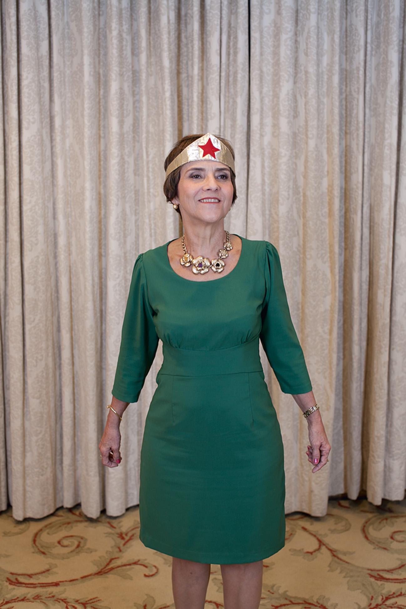 A ministra posa em hotel do Rio de JAneiro com adereço da Mulher Maravilha, que fez questão de usar durante a entrevista