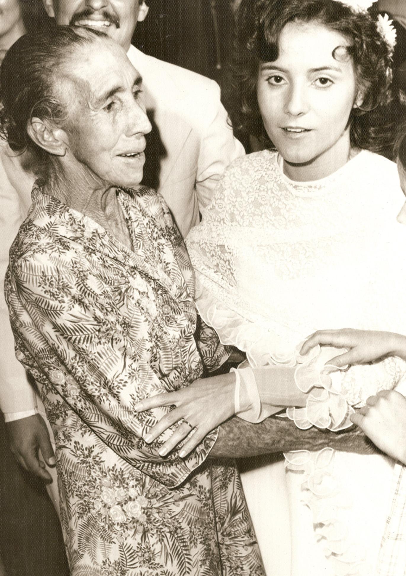 Com a avó materna, Ludovina Maria de Jesus