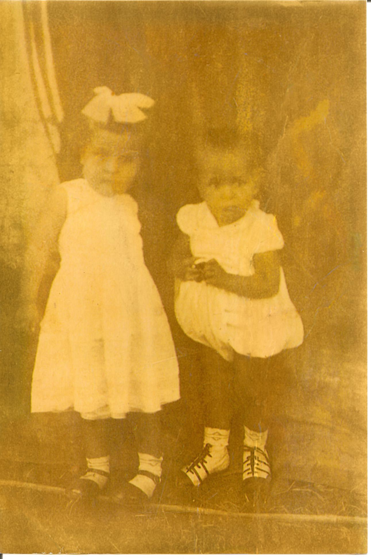 Único registro fotográfico da ministra quando bebê, com um dos nove irmãos