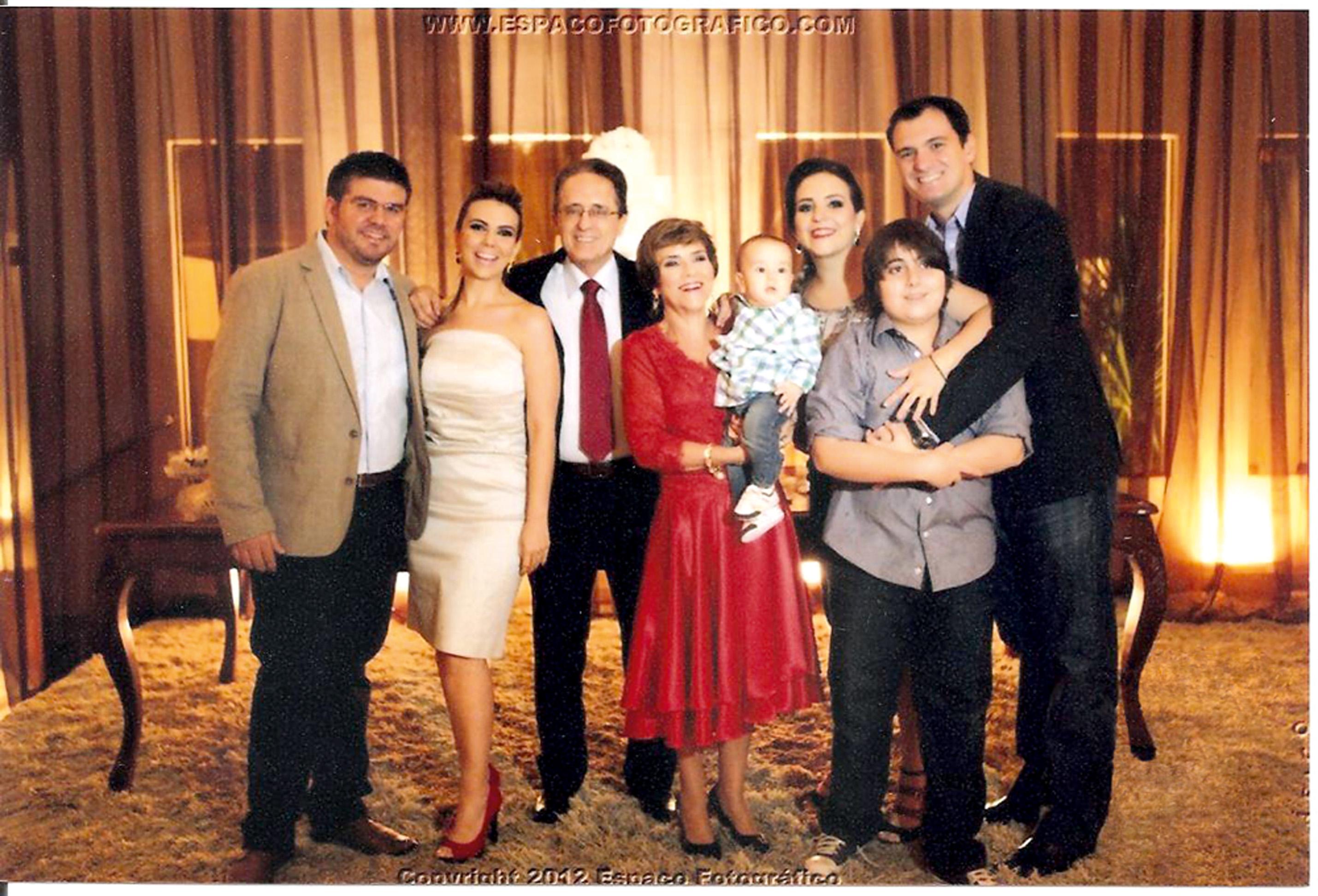 Com Aldo, as filhas, Lorena e Patrícia, genros e netos no aniversário de 60 anos, em 2012