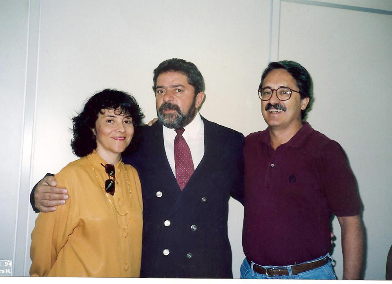 Em 1994, a ministra com o ex-presidente Lula e o esposo, Aldo Arantes, em Goiânia, eme vento político