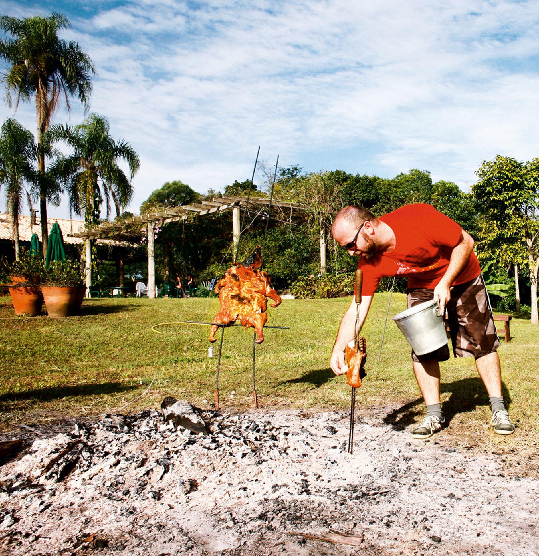 """Lula diz: """"Aprendi a cozinhar entre amigos. Aproveito desse dote para ajudar em casa. Minhas especialidades são pratos menos convencionais, como churrasco, sashimi e ceviche."""" Lula Gouvêia, 34 anos, arquiteto do escritório superlimão - Maíra dá a real: """"A comida dele é bem prática, a carne, muito boa. Ele já assou um leitão para 25 pessoas, só com brasas de uma fogueira junina."""" Maíra Acayaba, 32 anos, fotógrafa"""