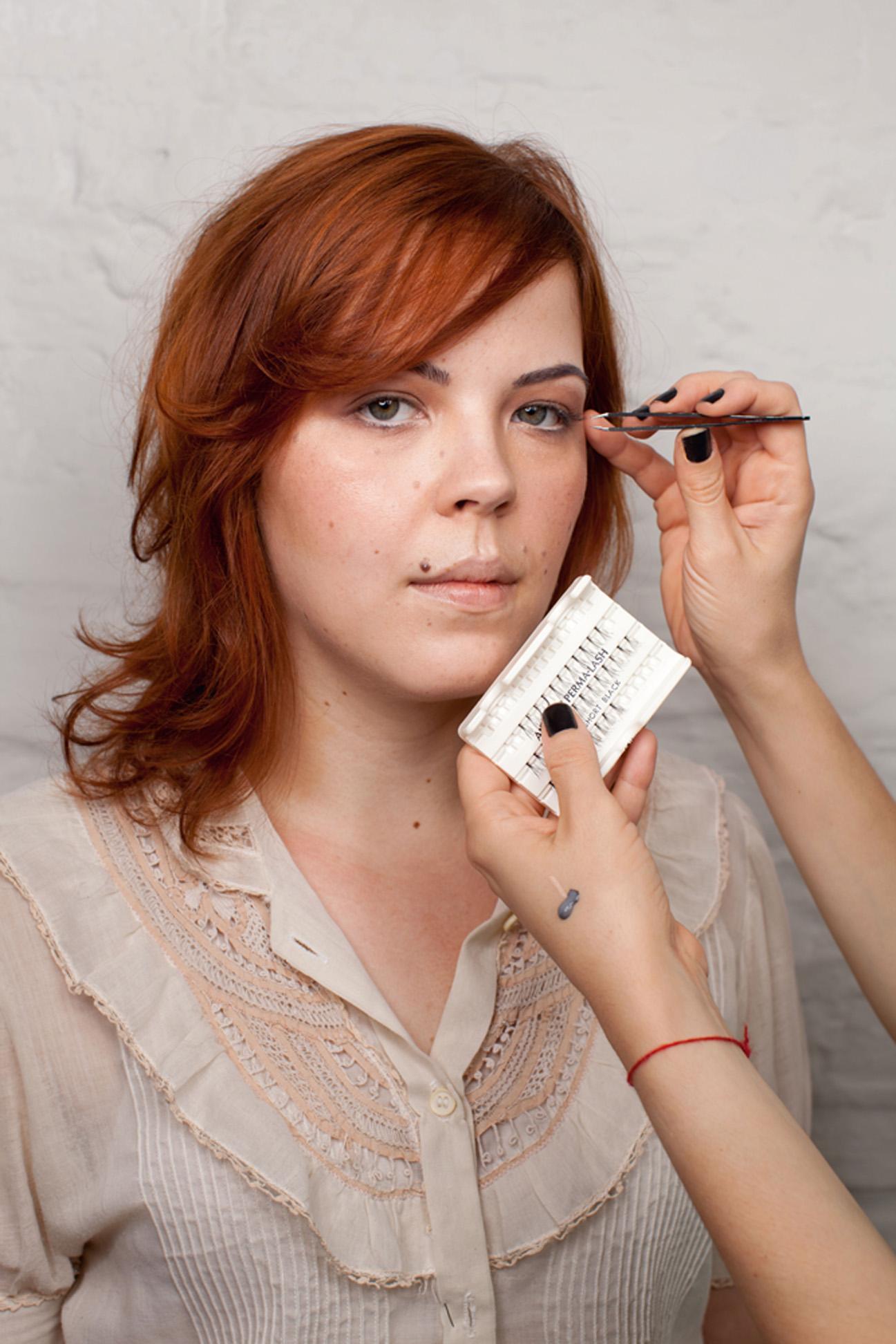 Passo #4. Use o curvex e, em seguida, aplique os cílios postiços em tufos somente no canto externo dos olhos. Finalize com rímel.