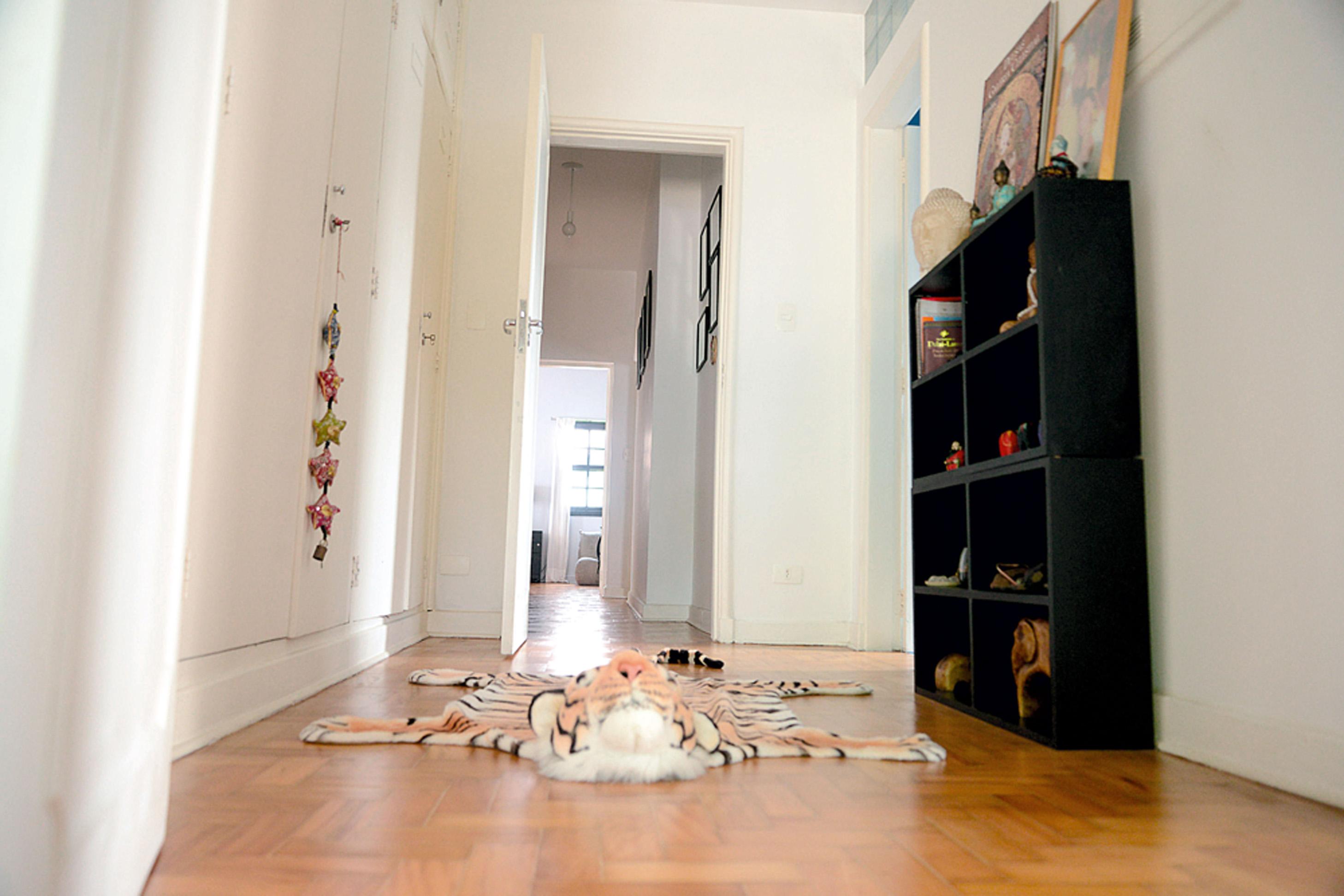 Pode passar: No corredor de distribuição dos quartos o tapete de pelúcia é da loja MO.D