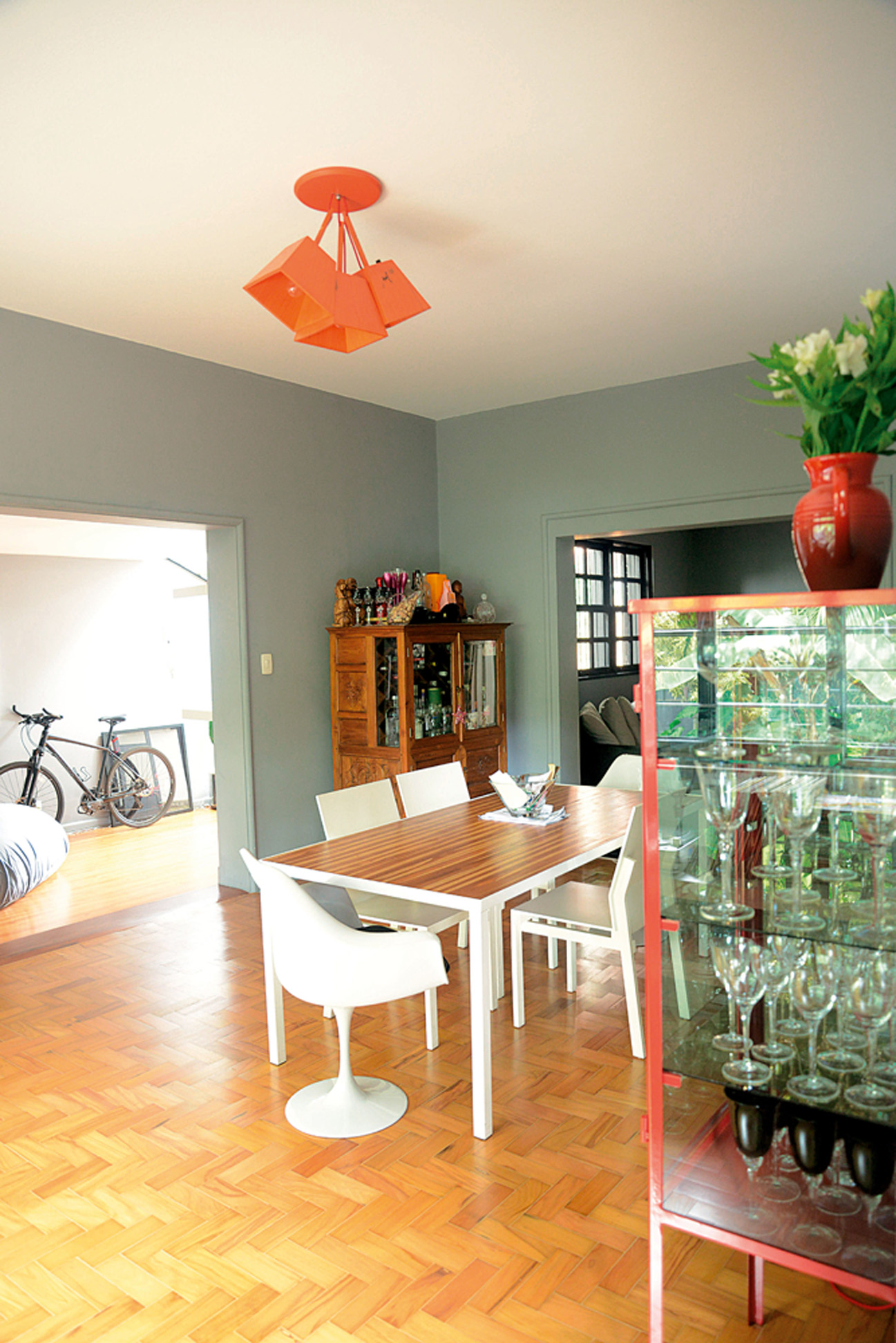 Mescladinho: A luminária Caruaru laranja é de Marcelo Rosenbaum. A cristaleira de madeira veio do Marrocos e é da época em que Mariana morava na França