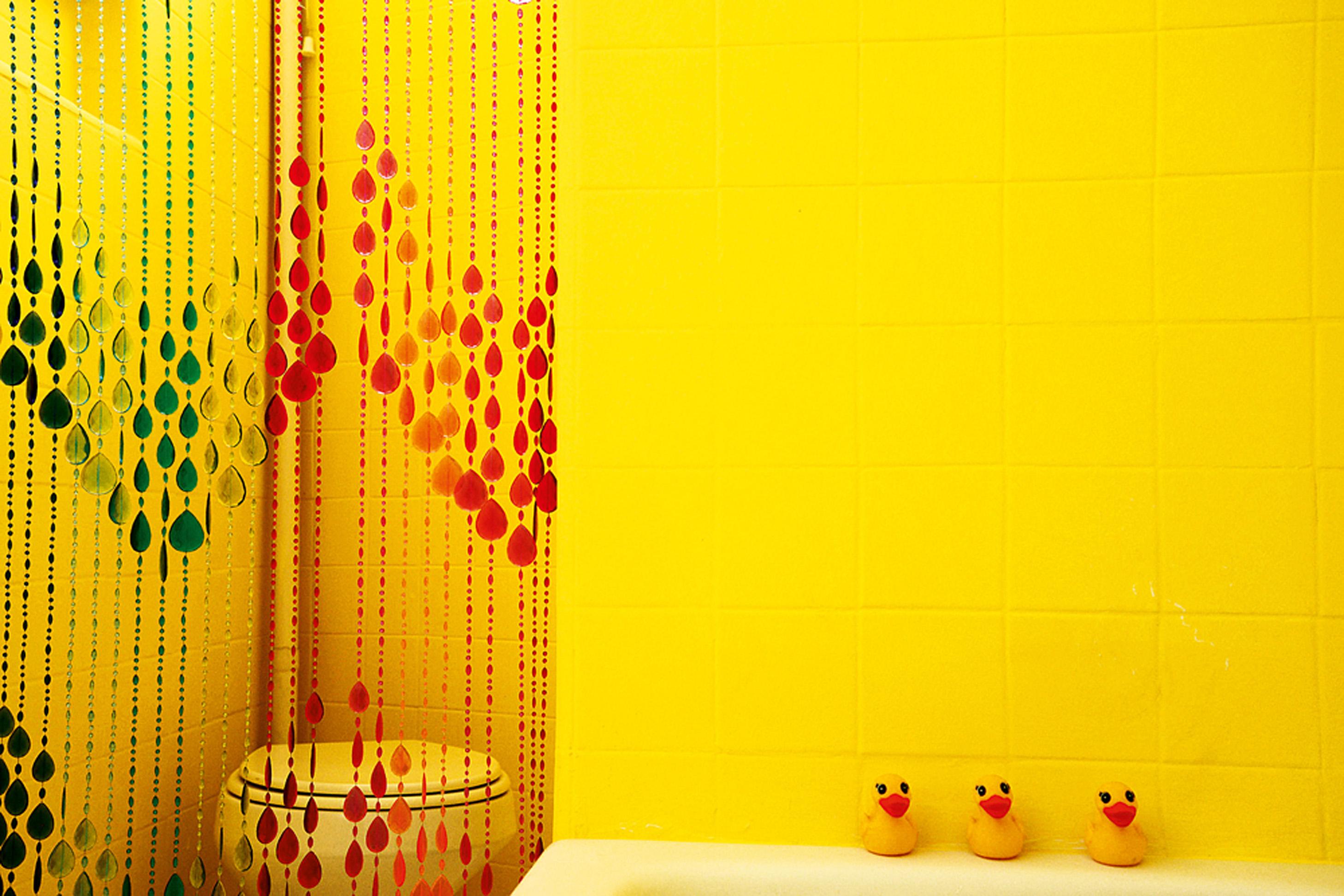 O amarelo forte no banheiro deu mais vida à casa