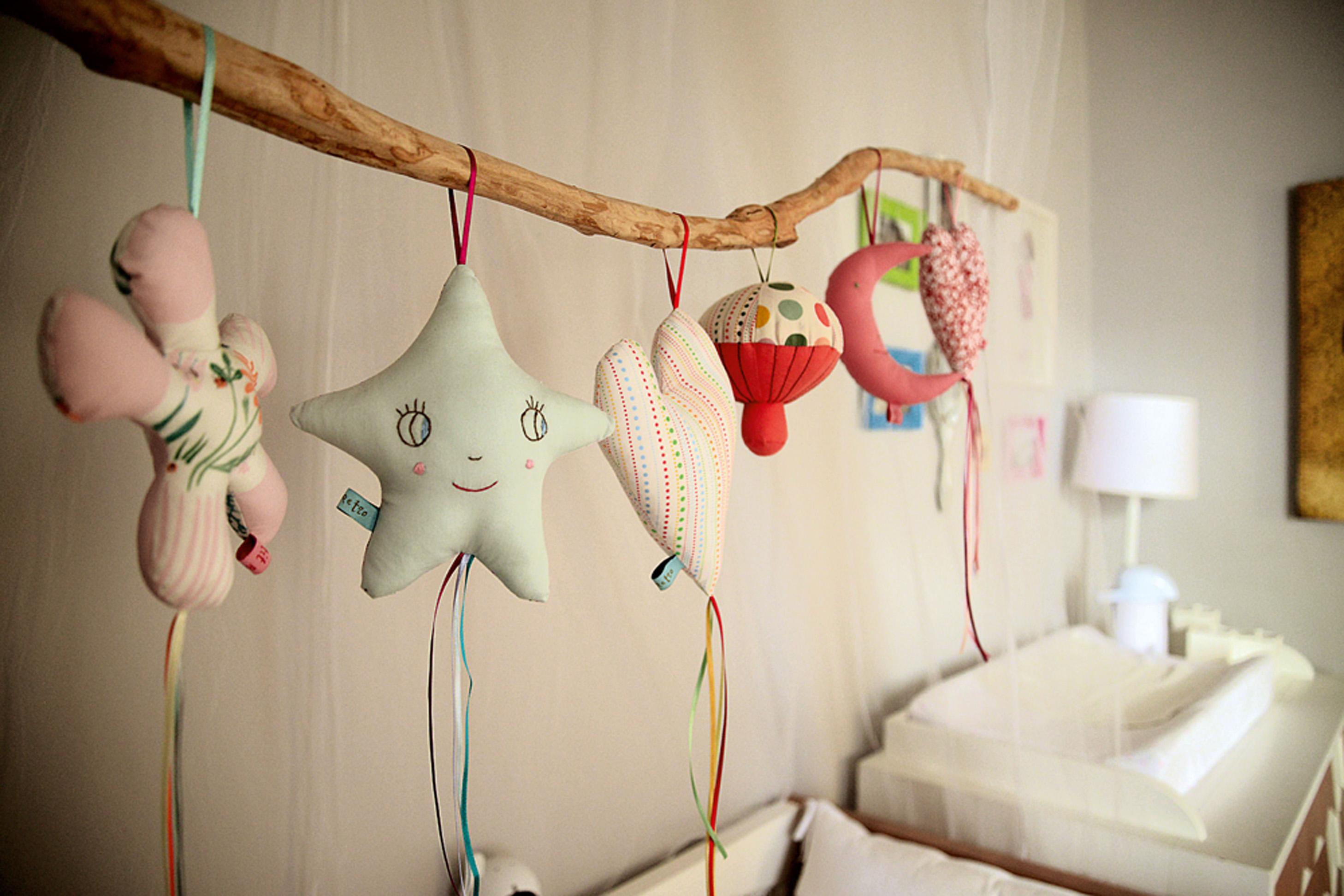 Balancinhos: No detalhe, o móbile do quarto da filha foi feito pela própria Mariana, com pendentes Petit Retro.