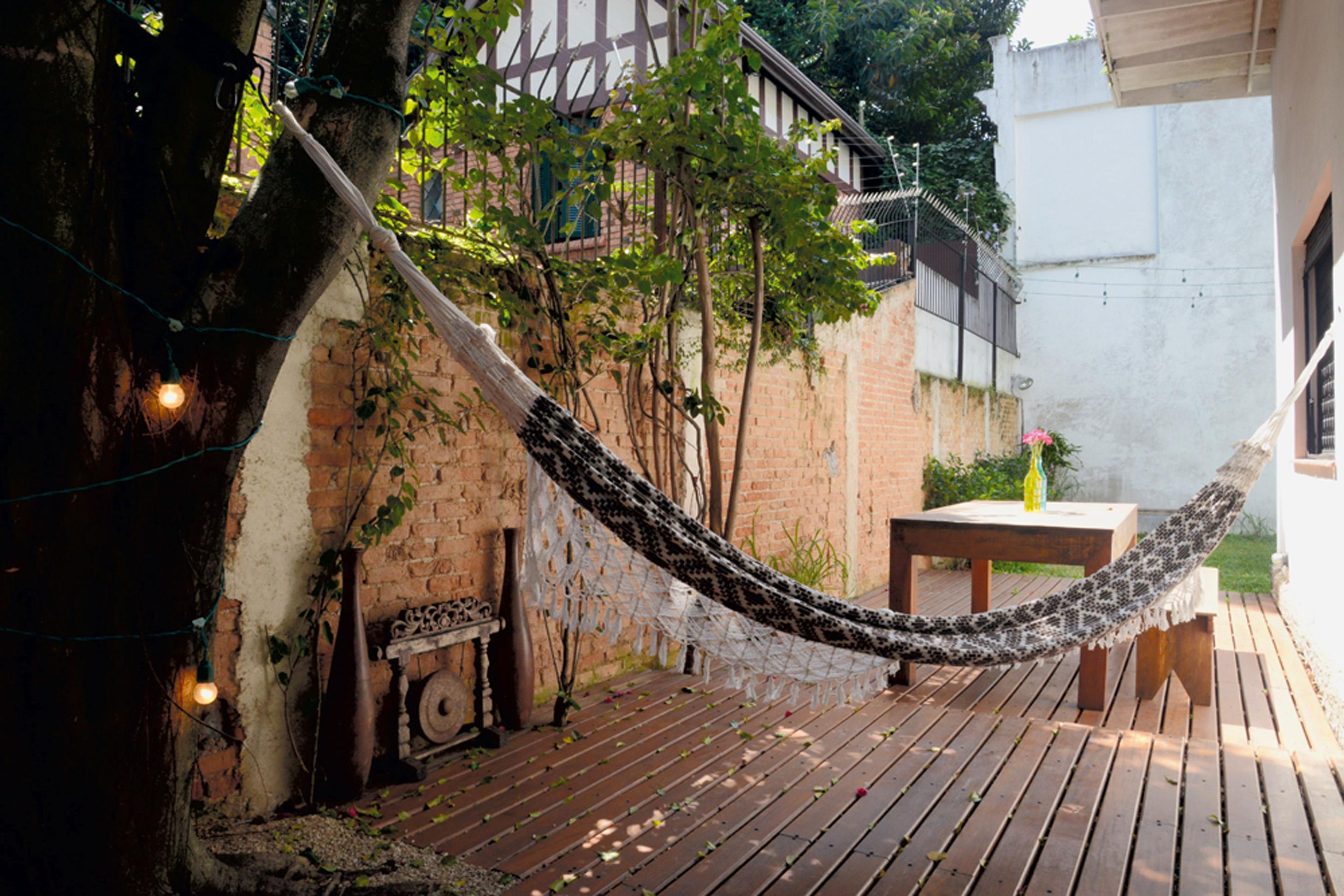 Para relaxar: Por ideia de um arquiteto amigo do casal, foi instalado um deck na lateral da casa, que acabou criando um cantinho a mais de convivência