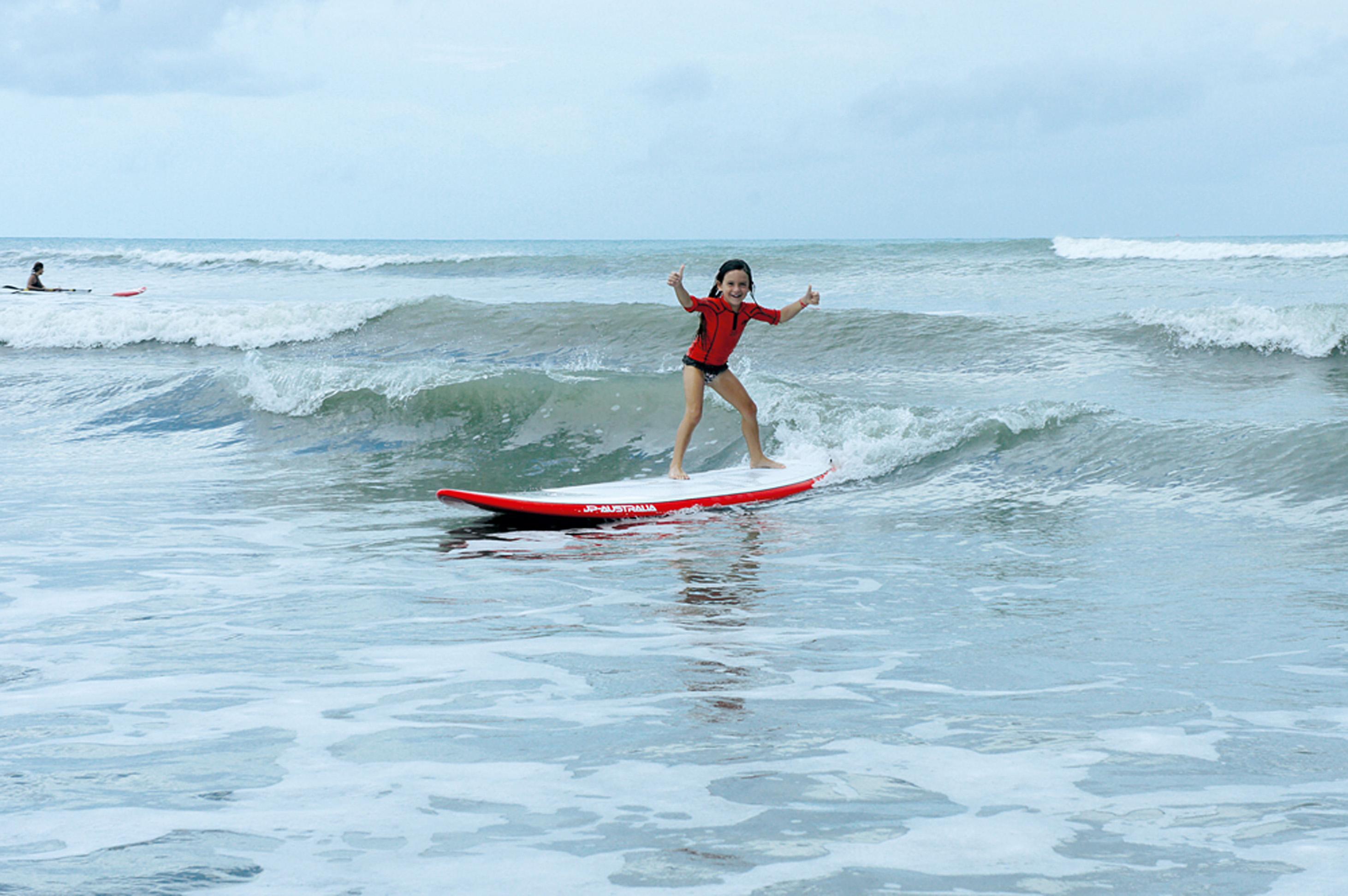Aos 5 anos, Belinha pega sua primeira onda sozinha, em Jericoacoara