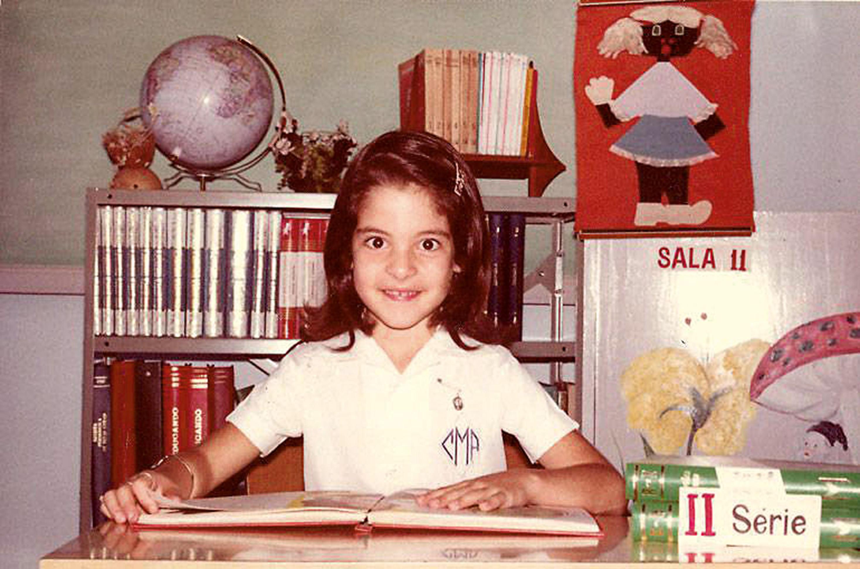 Aos 7, na antiga segunda série do primário no colégio Centro Educacional Maria Auxiliadora, em Brasília