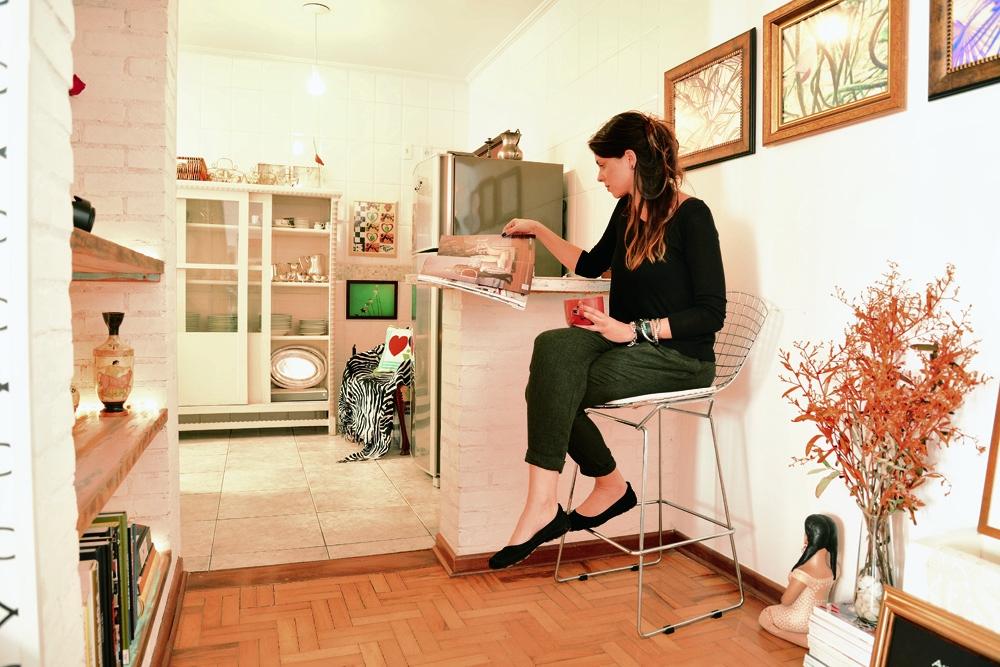 Da infância: Na cozinha americana, Luciana colocou uma cristaleira que veio da casa de sua mãe. Ao fundo, perto da geladeira, a poltrona em que foi amamentada ganhou uma canga zebrada