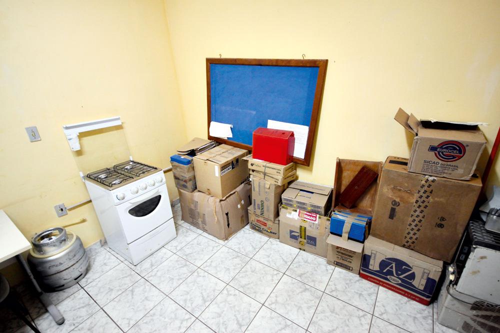 """Caixas na cozinha da delegacia """"comum"""" guardam boletins de ocorrência do prédio em obras"""