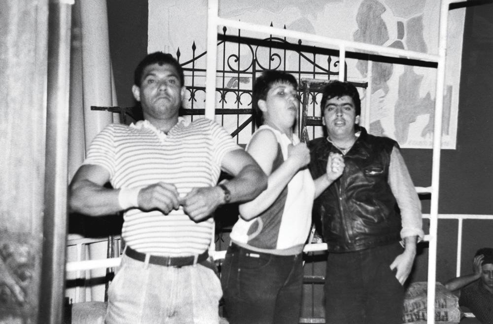 com os amigos Pizé (à esq.) e Denilson (à dir.) na balada Ácido Plástico em 1987