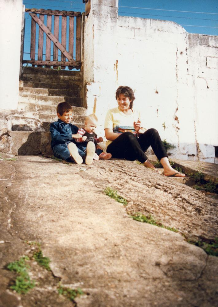 Acima, com os filhos em 1986, na casa onde moravam no bairro da Casa Verde;