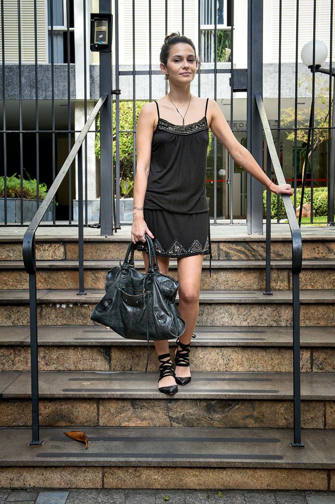 """Domingo 12h - """"Saio para passear pelo Bexiga e devo almoçar por lá mesmo. Depois, volto para domingar em casa com o meu namorado e a minha gata.""""  Vestido: Zara / Sapato: NK / Bolsa: Balenciaga"""