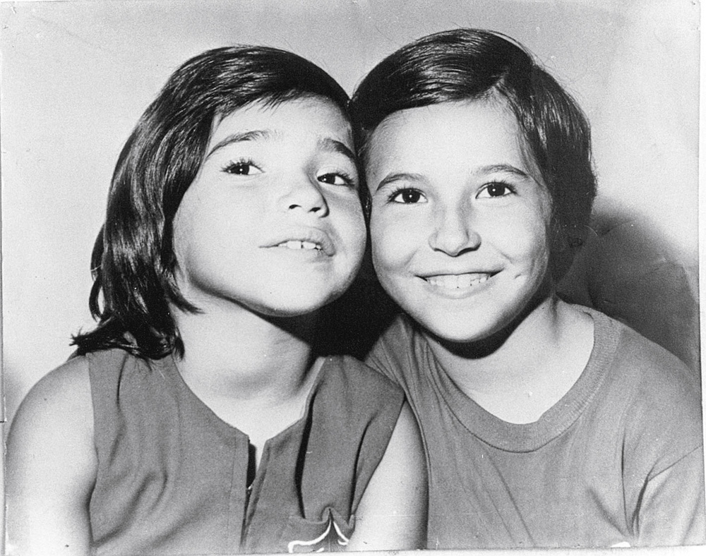 Daniela aos 6 anos, com a irmã Kitty