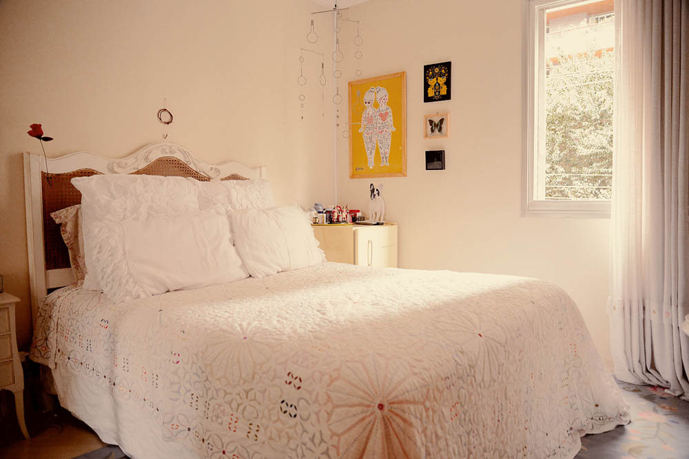 Bons sonhos: A cabeceira da cama foi feita por um marceneiro. Colcha da Etnix e móbile Benedixt. O frigobar retrô da Brastemp serve de criado-mudo. Borboleta e besouro empalhados da loja Evolution de Nova York e a gravura, do MoMA