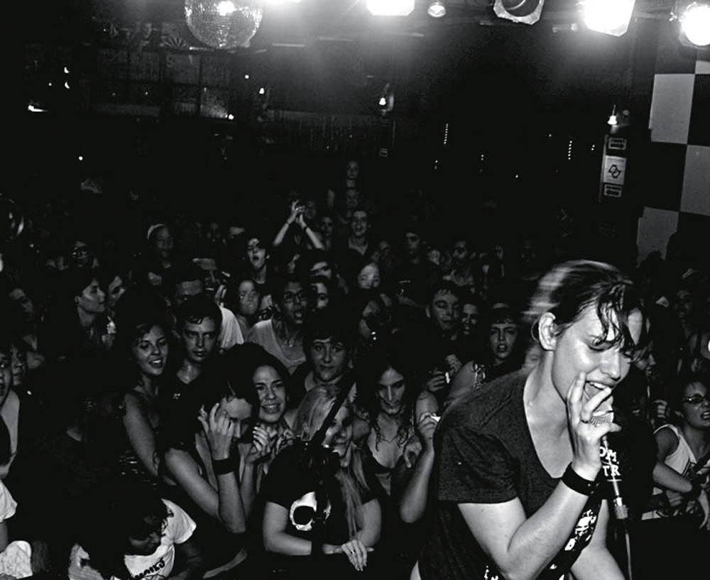 Elisa Gargiulo em show da sua banda Dominatrix, que existe há 18 anos
