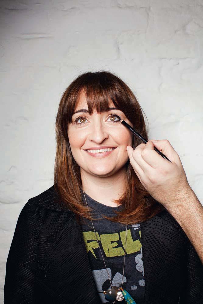 Passo #3. Com um lápis macio, faça um traço mais grossinho rente à raiz dos cílios, em cima e embaixo, até a metade dos olhos.