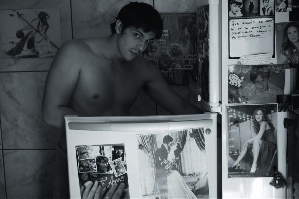 Entre os imãs da geladeira, muitas fotos da musa de Rafael, Tatiane Novaes