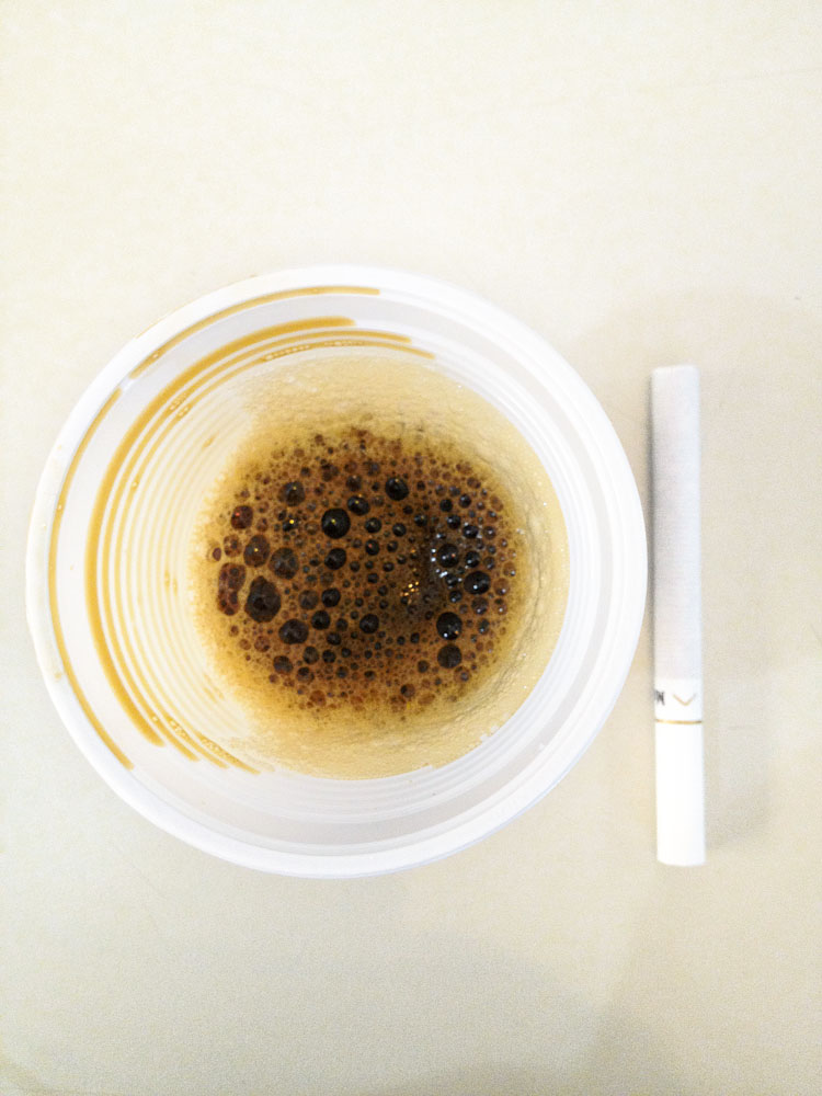 Depois de parar na UTI por ingerir inibidores de apetite, a produtora Nicole Balestro (à esq.) tirou o emagrecimento das prioridades. Come de tudo, mas pula várias refeições. Fuma e toma muito café