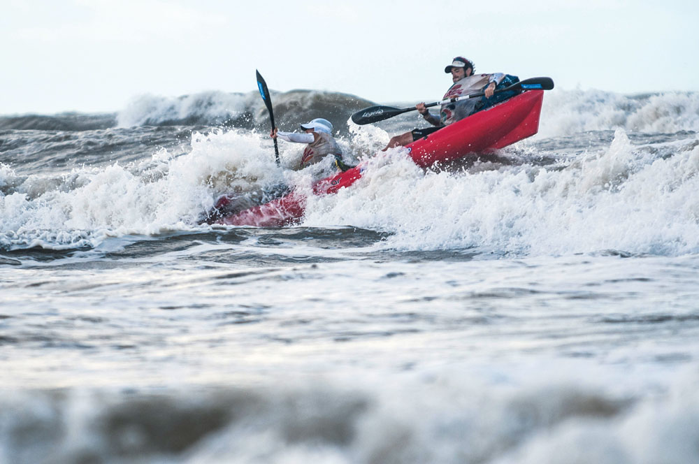 O quarteto velejou e remou em ondas que chegavam a assustar e manteve a liderança em todas as fases da prova