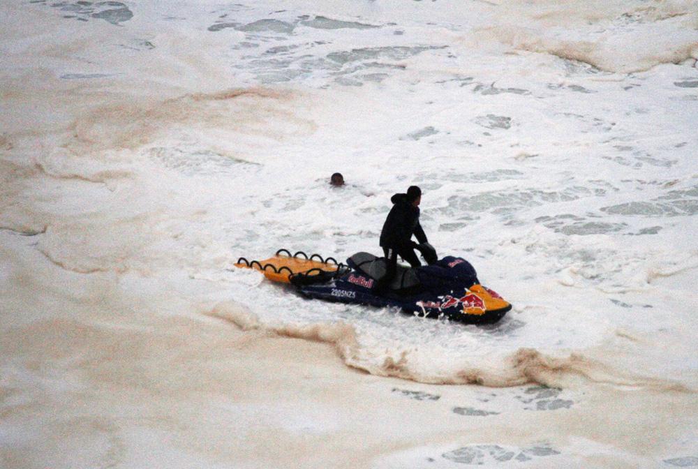 Cenas de um resgate: Carlos Burle arrasta Maya pelo mar antes de pular do jet sky, arrastá-la para a areia e ressuscitá-la