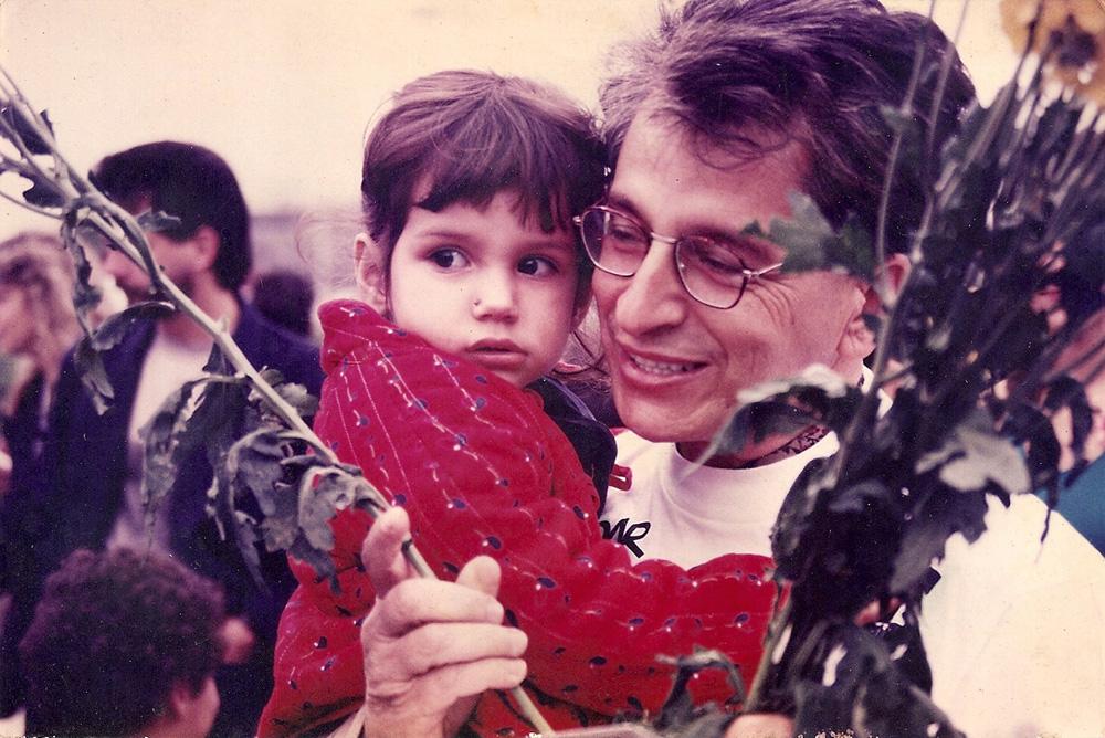 Pequena, com o pai, o político Fernando Gabeira