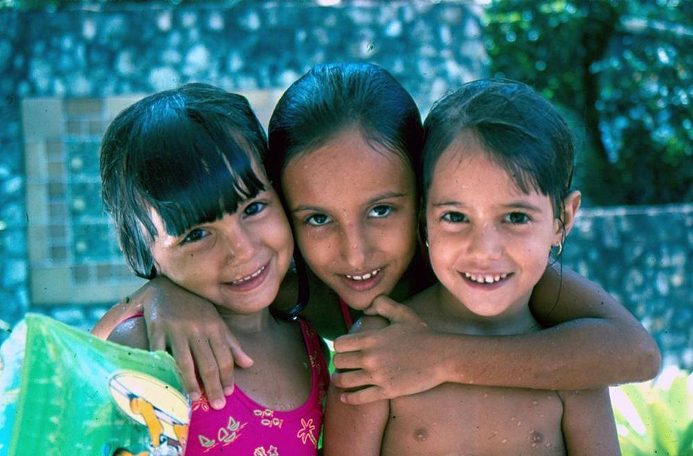 Aos 4 anos, com a irmã Tami e uma amiga na piscina