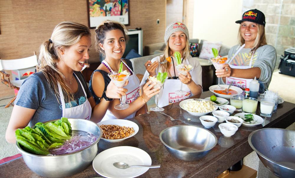 Num camping para surfistas da Red Bull, no Peru (2010), com Sally Fitzgibbons, Sofia Mulanovich e Nadja de Col