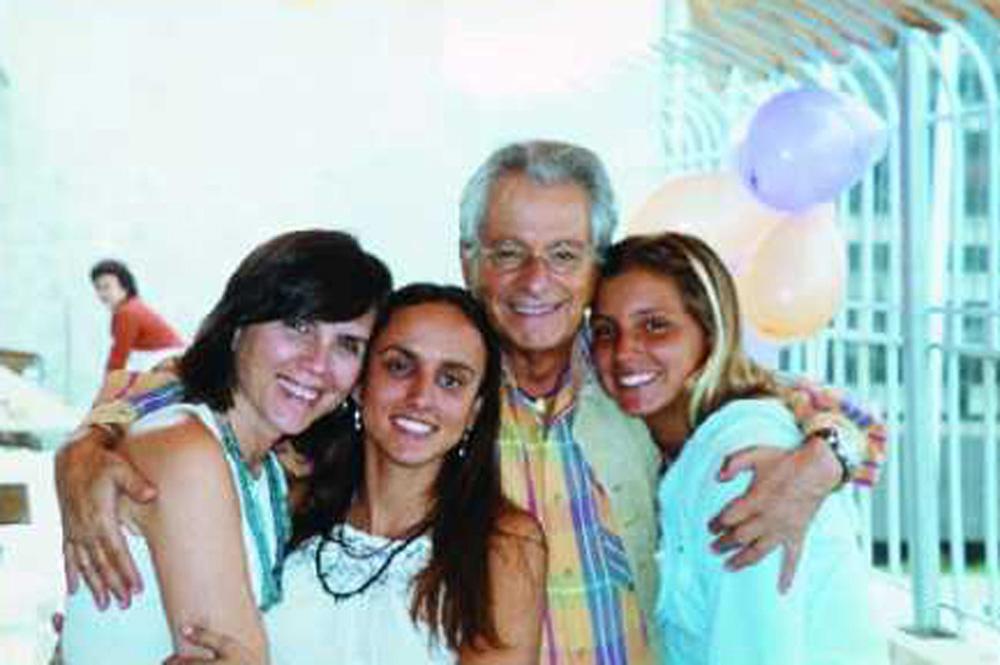 Com os pais e a irmã em 2006