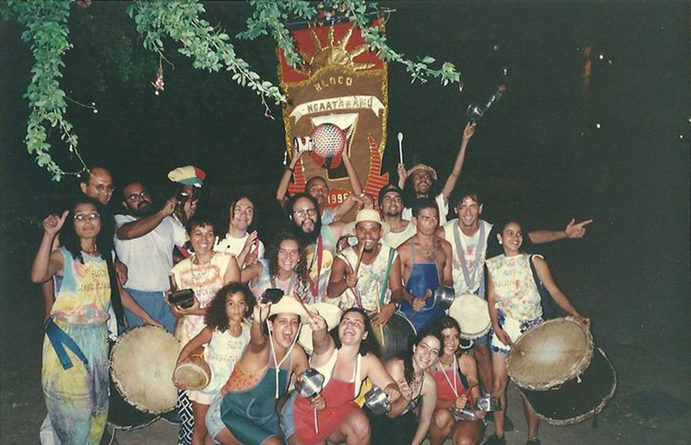 """""""O Carnaval de Pernambuco é a minha maior escola. Durante anos, grande parte da minha vida era voltada pra isso. Meses antes a gente começava a tocar, virar noite bordando lantejoula em roupa e estandarte. Esta foto é de 1996, do bloco Angáatãnamú, onde eu tocava percussão, em Olinda. Estou agachada, a segunda a partir da direita."""" Karina Buhr, 39 anos, cantora"""