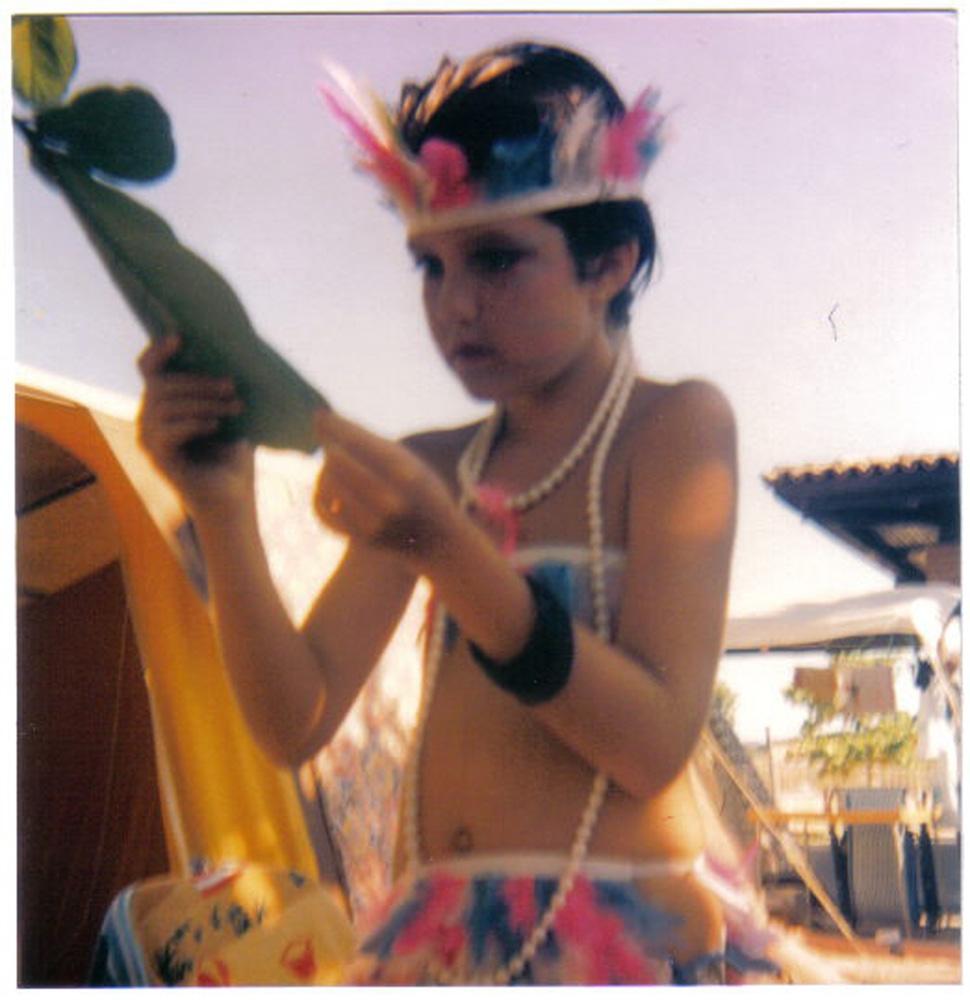 """""""Esta foto foi de um Carnaval que eu passei em Jurerê, em Santa Catarina. Costumava passar as férias lá e a minha mãe fazia surpresa sobre qual fantasia eu usaria. Naquele ano  foi de índia e eu amei.  Azul e rosa eram as minhas cores favoritas!"""" Larissa Maciel, 36 anos, atriz"""
