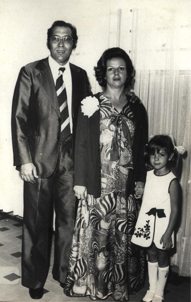 Criança ao lado do pai e da mãe