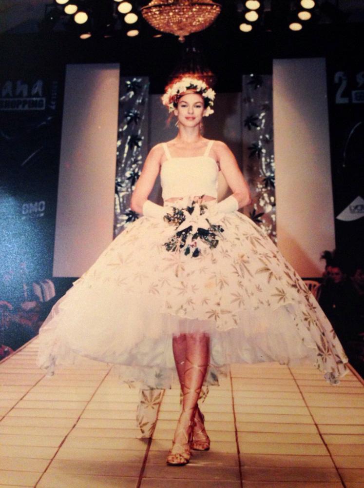 Desfilando de vestido de hemp orgânico para Yamê Reis em 1996