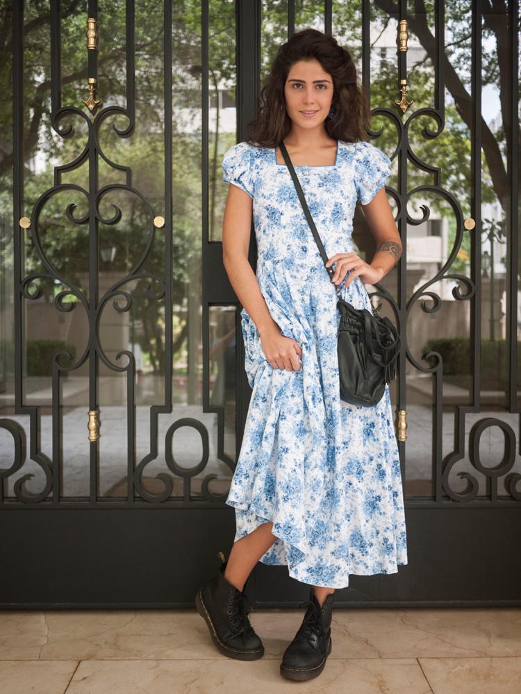 """Terça-feira - 10h10  """"Acordei tarde! Não pensei muito no que vestir, então peguei um vestido para não ter que pensar em combinação de peças. Estes acessórios, uso com tudo. As botas são excelentes para São Paulo: duradouras e atemporais. Esta bolsa é a minha predileta.""""   Vestido de um brechó em Praga // Bolsa Zara // Bota Dr. Martens"""