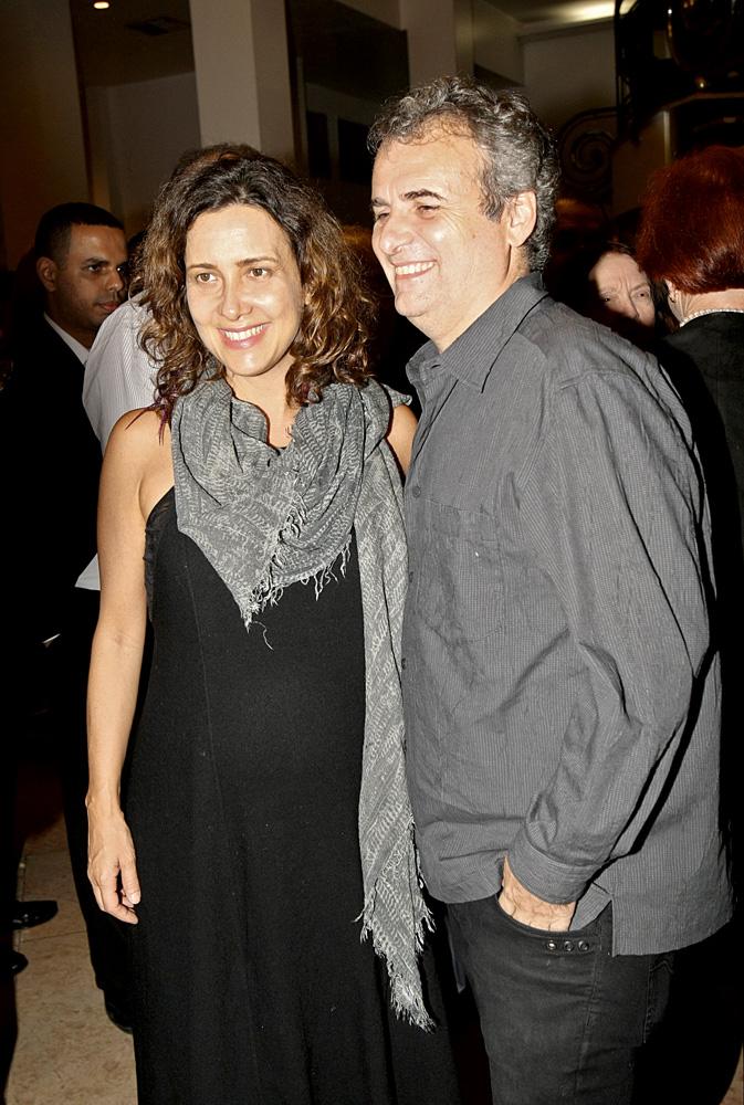 Adriana e o marido, Pedro Buarque de Holanda, com quem tem uma filha de 9 meses