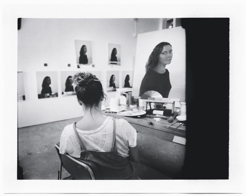A artista em seu ateliê, no Rio de Janeiro