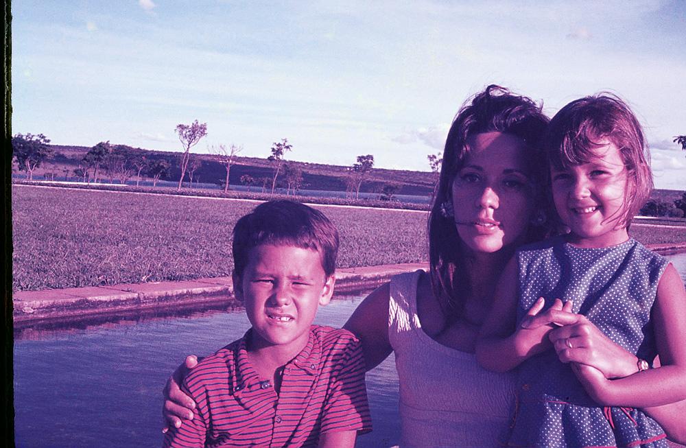 """Ela e o único irmão, Luiz Claudio, e a mãe, Elsa, nos anos 60 em Brasília """"Mesmo sem ter consciência, a gente vive numa multiplicidade racial muito grande"""""""