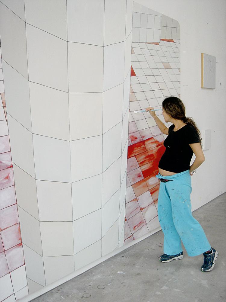"""Em 2005, grávida da primeira filha, Catarina, pintando o quadro The Guest  """"A mostra no MaM (em 2012) foi grandiosa, e teve muito público, muita imprensa. Tinha fila!"""""""