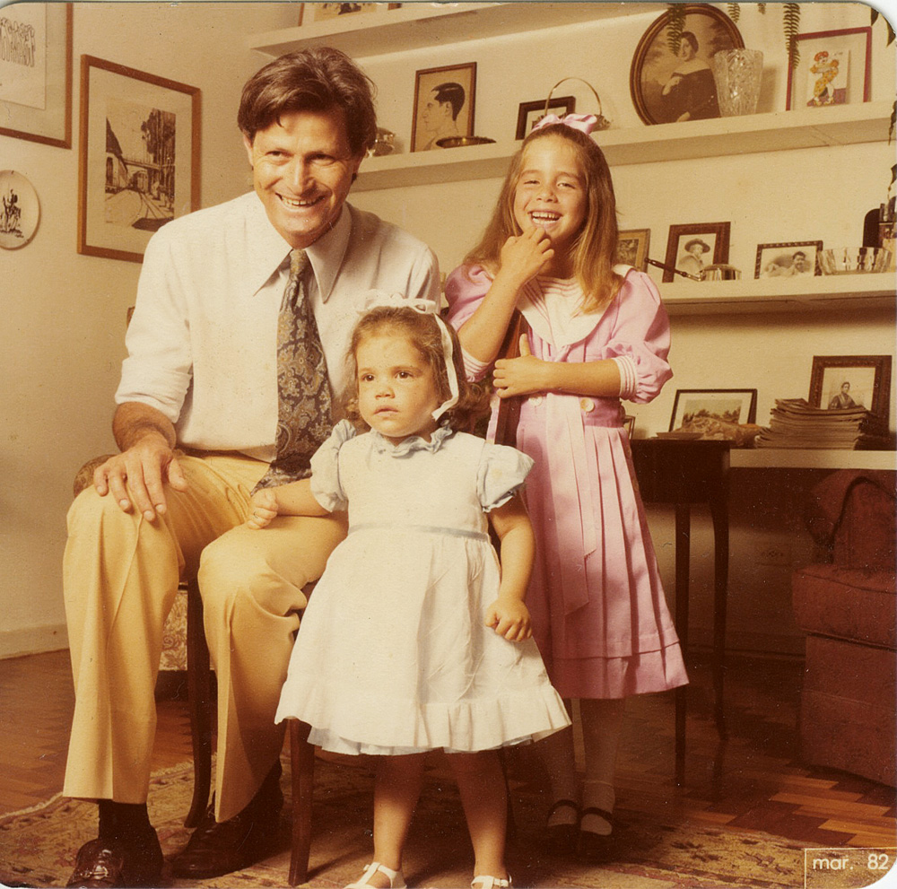 Na infância, nos anos 80, entre o pai, Ronaldo, e a irmã, Joana